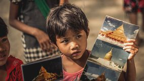 Las muchachas birmanas venden las fotos con los turistas extranjeros que visitan en Bagan viejo, Myanmar foto de archivo libre de regalías