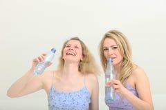 Las muchachas bonitas comparten un momento mientras que consiguen una bebida Fotografía de archivo libre de regalías