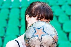 Las muchachas buscan la bola Imagen de archivo libre de regalías