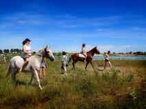 Las muchachas a caballo Después de una nadada en el lago Fotografía de archivo