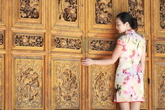Las muchachas chinas asiáticas llevan el cheongsam disfrutan de tiempo libre en ciudad antigua fotografía de archivo libre de regalías