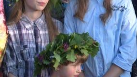 Las muchachas con las flores y las plantas coronan cantan en el acontecimiento de la celebración del día de fiesta del pleno vera almacen de video