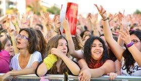 Las muchachas de la audiencia en el Primavera hacen estallar el festival de Badalona Imagenes de archivo