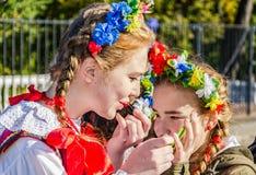 Las muchachas de la danza popular polaca GAIK que se prepara al perfofmance Imágenes de archivo libres de regalías