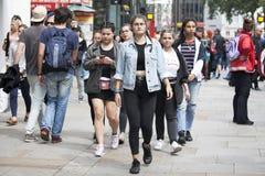 Las muchachas de los adolescentes de un joven caminan a lo largo de la calle de Carnaby La calle de Carnaby es una de las calles  Foto de archivo