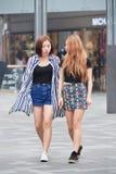 Las muchachas de moda caminan en el área de compras del pueblo, Pekín, China Foto de archivo