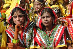 Las muchachas de Rajasthani se están preparando para bailar funcionamiento en Pushkar, la India Imagenes de archivo