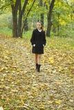 Las muchachas del adolescente recorren en parque del otoño Fotografía de archivo
