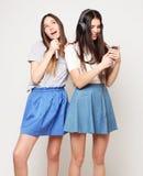 Las muchachas del inconformista de la belleza con un micrófono que cantan y toman la imagen Fotografía de archivo