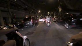 Las muchachas del lado trasero en cascos montan en las vespas en ciudad de la noche Vector de los coches traveling Viaje iluminac metrajes