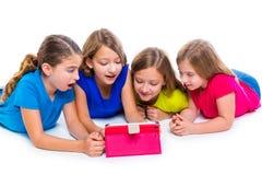 Las muchachas del niño de las hermanas con tecnología hacen tabletas jugar de la PC feliz Fotos de archivo