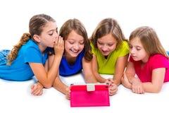 Las muchachas del niño de las hermanas con tecnología hacen tabletas jugar de la PC feliz Fotos de archivo libres de regalías