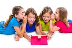 Las muchachas del niño de las hermanas con tecnología hacen tabletas jugar de la PC feliz Fotografía de archivo libre de regalías