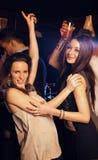 Las muchachas hermosas van de fiesta difícilmente en Dance Floor Foto de archivo