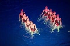 Las muchachas en dos filas en piscina en los campeones olímpicos de la demostración Fotos de archivo libres de regalías