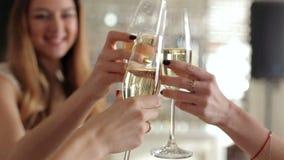 Las muchachas en el partido tintinean los vidrios con champán almacen de metraje de vídeo