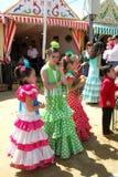 Las muchachas en flamenco se visten en la feria de Sevilla Fotografía de archivo