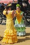Las muchachas en flamenco se visten en la feria de Sevilla Imagenes de archivo