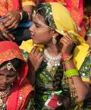 Las muchachas en traje étnico colorido asisten en la feria de Pushkar Fotos de archivo