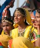 Las muchachas en traje étnico colorido asisten en la feria de Pushkar Foto de archivo libre de regalías