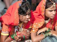 Las muchachas en traje étnico colorido asisten en la feria de Pushkar Imagen de archivo libre de regalías