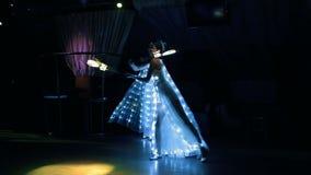 Las muchachas en trajes de la danza apasionada blanca del LED con el LED avivan almacen de metraje de vídeo