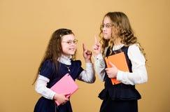 Las muchachas ense?an alumnos De nuevo a escuela D?a del conocimiento Apruebe el examen La tensi?n causa ansiedad La educación es fotografía de archivo libre de regalías