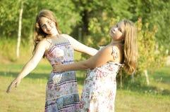 Las muchachas están bailando en un jardín Imágenes de archivo libres de regalías