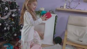 Las muchachas están eligiendo los regalos