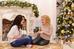 Las muchachas están esperando sorpresas agradables del Año Nuevo y son sittin Imagen de archivo