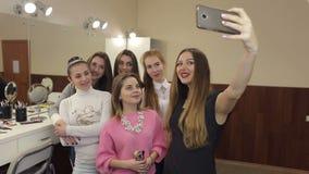 Las muchachas están haciendo el selfie en el salón de belleza almacen de metraje de vídeo