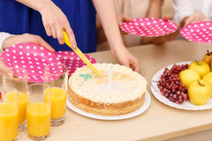 Las muchachas están a punto de compartir una torta de cumpleaños Imagen de archivo