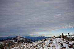 Las muchachas están viajando a través de las montañas Imagen de archivo libre de regalías