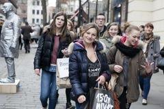 Las muchachas felices con los bolsos vienen para hacer compras Fotos de archivo libres de regalías