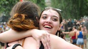 Las muchachas felices de LGBT abrazan mojado en fuente durante la cámara lenta del partido metrajes