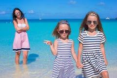 Las muchachas felices y la mamá joven durante la playa vacation Foto de archivo