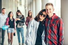 Las muchachas felices y los muchachos adolescentes que se divierten buen miden el tiempo al aire libre Imagen de archivo libre de regalías