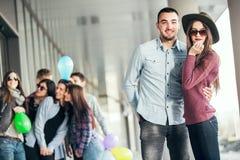 Las muchachas felices y los muchachos adolescentes que se divierten buen miden el tiempo al aire libre Fotos de archivo libres de regalías