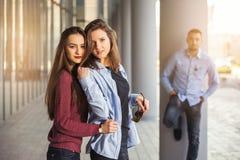 Las muchachas felices y los muchachos adolescentes que se divierten buen miden el tiempo al aire libre Fotos de archivo