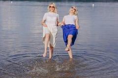 Las muchachas hermanan hacia fuera Fotografía de archivo libre de regalías