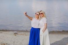 Las muchachas hermanan hacia fuera Foto de archivo libre de regalías