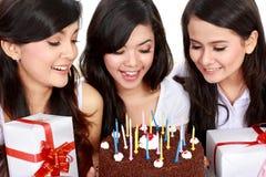 Las muchachas hermosas celebran cumpleaños Foto de archivo