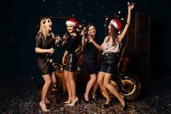 Las muchachas hermosas celebran la Navidad y el Año Nuevo Imagen de archivo