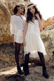 Las muchachas hermosas con el pelo oscuro llevan la ropa elegante casual y el sombrero Foto de archivo