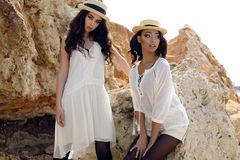 Las muchachas hermosas con el pelo oscuro llevan la ropa elegante casual y el sombrero Imagen de archivo libre de regalías