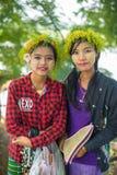 Las muchachas jovenes de Myanmar con thanaka en su cara son felicidad Imagen de archivo
