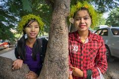 Las muchachas jovenes de Myanmar con thanaka en su cara son felicidad Imágenes de archivo libres de regalías