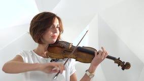 Las muchachas juegan la composición lírica del violín Cierre para arriba almacen de metraje de vídeo