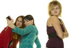 Las muchachas malas toman las fotos con el teléfono celular Fotografía de archivo libre de regalías