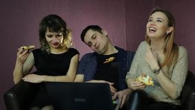 Las muchachas miran una serie de televisión y el hombre se cayó dormido del aburrimiento almacen de metraje de vídeo